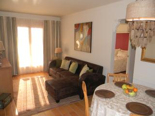 Beautiful 2 bedroom apt. with shared pool and 5 minutes to beach