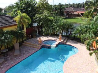 MIAMI SPACIOUS BEAUTIFUL HOME ON LAKE