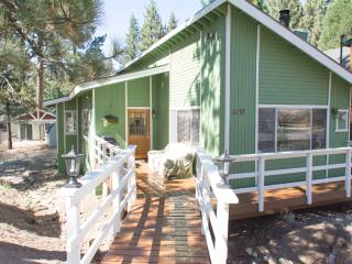 Beautiful Charming Chalet over a Seasonal Creek, Big Bear City