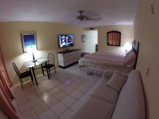 Cool King Bed Studio Marina View, Turtle Cove