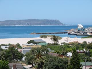 Sunny, central with views!, Hout Bay