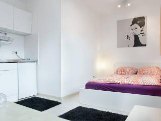 Top Location - Studio Apartment Orange