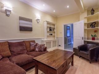 Two Bedroom Garden Apartment, Londres