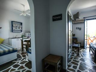 ANGIE'S 2 BEDROOMS STUDIO FOR 4 GUESTS, PAROS