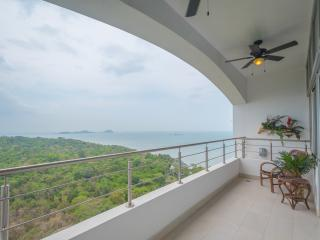 24o Stunning 3-Bedroom Penthouse at Playa Bonita