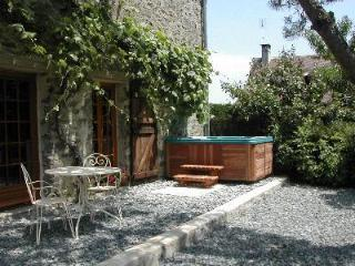 Cottage with hot tub in heart of rural France