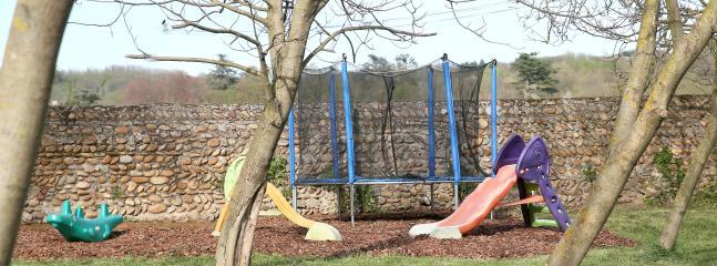 Les jeux pour les enfants et le terrain de pétanque pour les parents