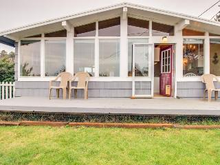 Dog-friendly oceanview home, walk to the beach, restaurants, and shops!, Seal Rock