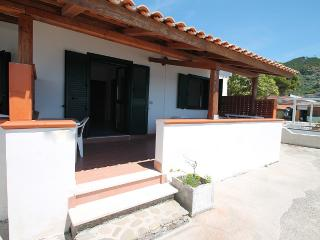 2 bedroom Villa with Air Con, WiFi and Walk to Beach & Shops - 5229341