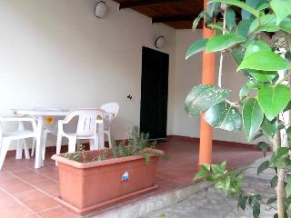 2 bedroom Villa with Air Con, WiFi and Walk to Beach & Shops - 5229457