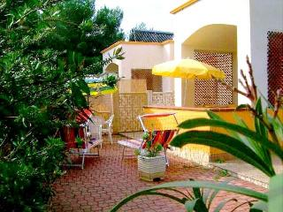 1 bedroom Villa with Air Con, WiFi and Walk to Beach & Shops - 5229455