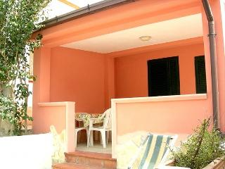 2 bedroom Villa with Air Con, WiFi and Walk to Beach & Shops - 5229458