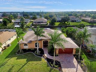 Villa Sofia - Gulf Access canal sleeps 8~Newer Home!, Cape Coral
