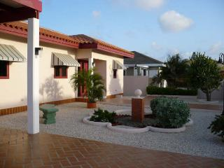 Private Casa Tarabana with Jacuzzi, Oranjestad