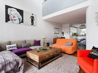 Duplex loft in Santa Monica blocks to the beach!, Santa Mônica
