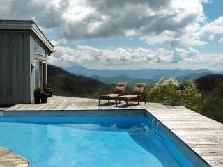 RUSTIC retreat w/pool 1 mi. to Smoky Mtn Ntl Park, Maggie Valley