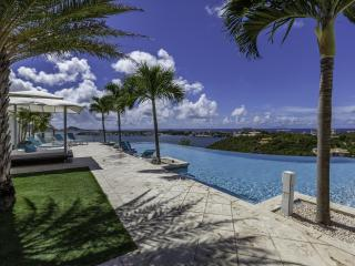 ACQUA...4 + 1 BR villa, offers spectacular views of the Lagoon, the ocean and St Maarten, Terres Basses