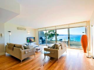 LUXURY BEACHSIDE PENTHOUSE: BAY PANORAMA LORNE, Lorne
