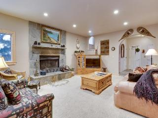 Pet-friendly chalet w/private hot tub & room for 14!, Kings Beach