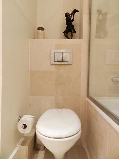 The 9 square meters bathroom 1 is equipped with : 2 washbasins, bathtub with showerhead, toilet.