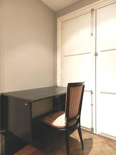 The 6 square meters extra room is equipped with a removable desk and 2 washbassins.
