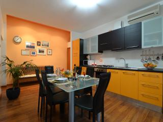 Beautiful apt ARANCIO next to Piazza delle Erbe and the daily market