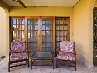 Cozy ground floor condo- shared pool, near beach, kitchen, a/c, cable