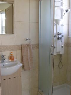 En-suite bathroom to master bedroom.