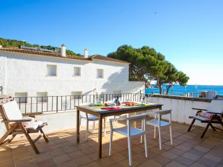 Cosy apt with heating and open fire,  spectacular sea views, sleeps 5+, Tamariu
