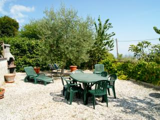 Holiday apartment with panoramic garden, Chianni