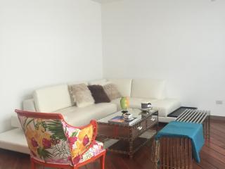 Luxury 2BR apartment, Great Location !, Quito