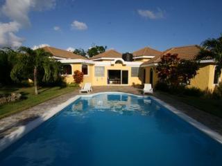 Guest Friendly Villa 5 minutes to town and beach