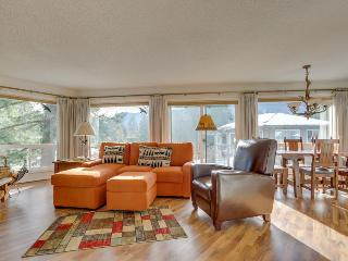 Stylish mountain condo w/on-site golf & private balcony!
