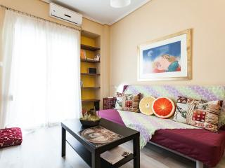 NEW ARRIVAL COSY APT CITY CENTER HUGE VERANDA, Athens