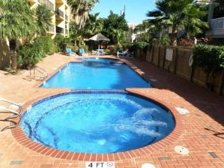 A shared pool & hot tub, across the street from beach access, Isla del Padre Sur