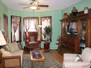 VINTAGE 4-BR IN LINCOLN SQUARE EASILY SLEEPS 8, Chicago