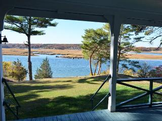 Singing Pines: Directly on the water with a dock - an amazing summer retreat., Gloucester