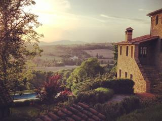 Light houses, chic villa, stunning views, Montone