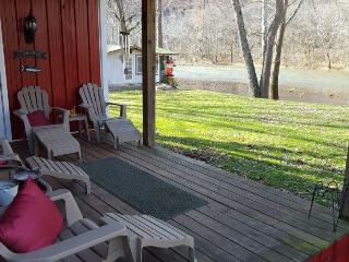 A Southern River Retreat-Enjoy the river from the front porch!