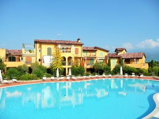 Beautiful 2/3 bedroom apartment with pool, Manerba del Garda