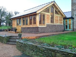 STONE COTTAGE, WiFi, enclosed garden with furniture, Ref 904161