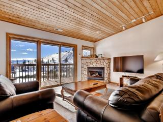Beautiful 2BR Grand Lake Condo w/Wifi, Gas Fireplace, Huge Private Deck & Panoramic Views - Easy Access to Skiing, Hiking, Lake Granby & Rocky Mountain Nat'l Park!