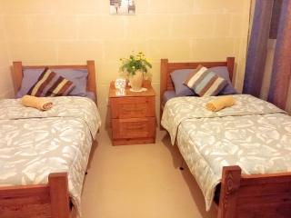 Globetrotter Guesthouse - Basic Twin Room, Ghajnsielem