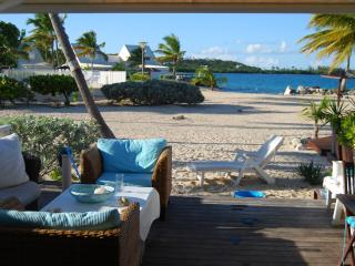 Cosy 1BR beach condo, on private beach,  on shore, Baie Nettle