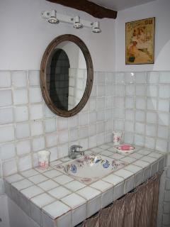 salle d'eau avec wc, vasque, douche