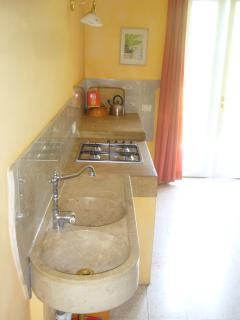 Villa La Rogaia apartment La Nostalgia - the kitchen worksheet made of natural stone