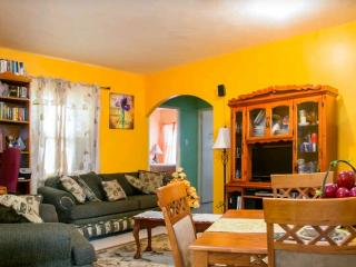 Beautiful, Gated & Cozy Family Getaway, Spanish Town