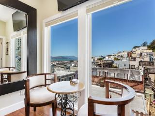 Magnificent San Francisco Studio w/Wifi, Rooftop Deck & Panoramic Views - Prime Location in North Beach! Walk to Grant Avenue, Fisherman's Wharf & Union Square, São Francisco