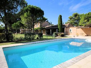 St-Remy-de-Provence, high level standing farmhouse 10p. private pool