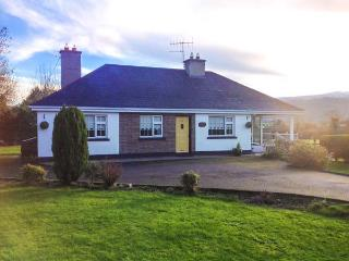 WOOD VIEW, pet-friendly, Sky TV, open fire, beautiful mountain views, lovely gardens, Bansha, Ref. 916410